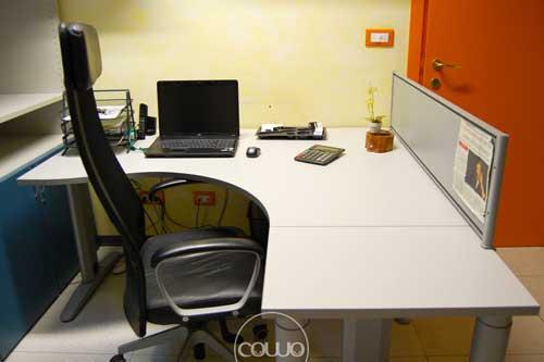 foto spazio coworking vado ligure - scrivania